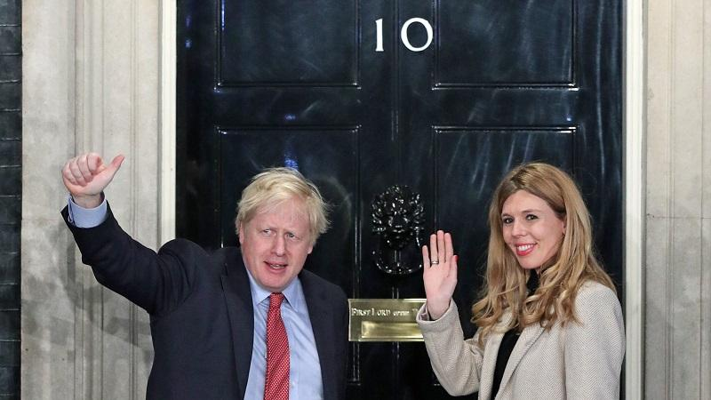 An image of prime minister Boris Johnson and his girlfriend Carrie Symonds about to enter No 10